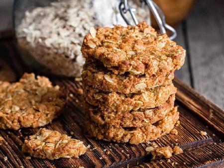 Оризови бисквитки с банан, мед, кокосови стърготини и овесени ядки - снимка на рецептата